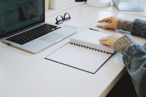 ノートとパソコンで勉強している