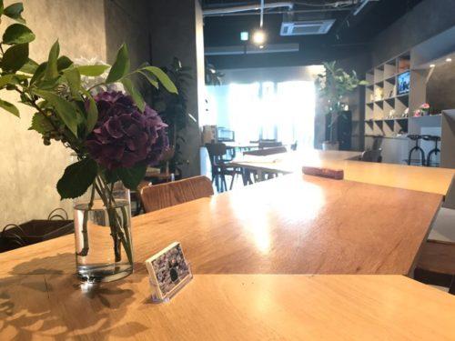 あじさいの花とテーブル