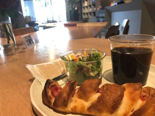 パンとコーヒーとサラダ
