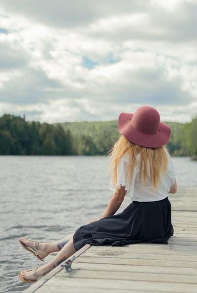 湖に座る女性
