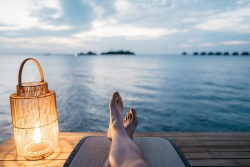 海でリラックスしている人の足