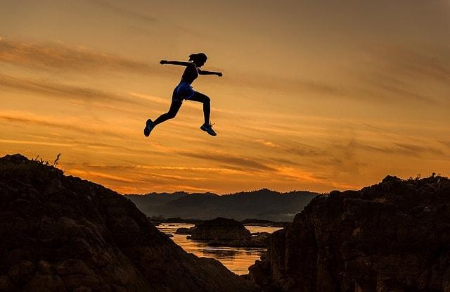 ジャンプしている人と夕暮れ