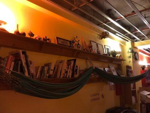 本棚とハンモック