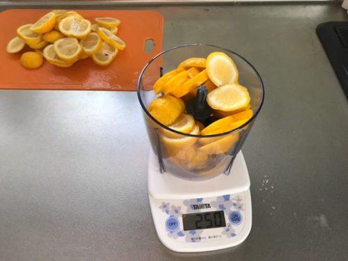 塩ゆず作りでゆずの重さの計量