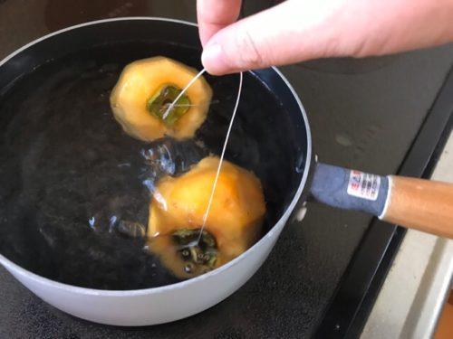 渋柿を熱湯の中に入れる