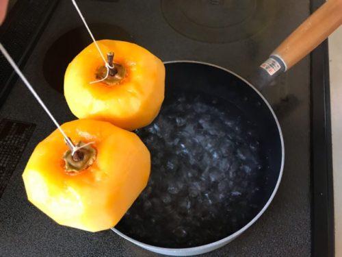 渋柿を熱湯に通す