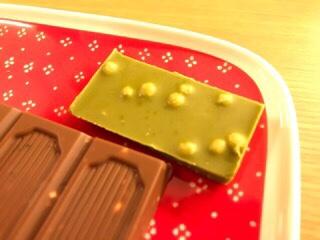 ピープルツリーのフェアトレードチョコレートの抹茶ホワイト・ライスキノアパフを食べてみた