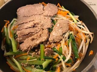 「ジューシーそぼろと野菜のビビンバ」「小ねぎとのり、豆腐の韓国風スープ」のかさまし